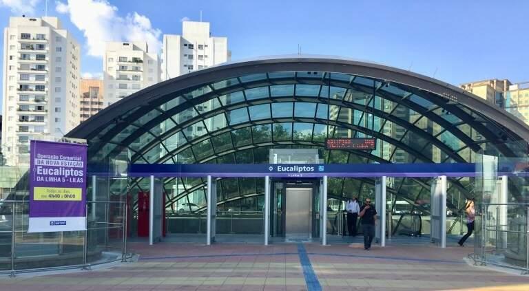 A estação Eucaliptos fica em frente ao Shopping Ibirapuera pela Avenida Ibirapuera