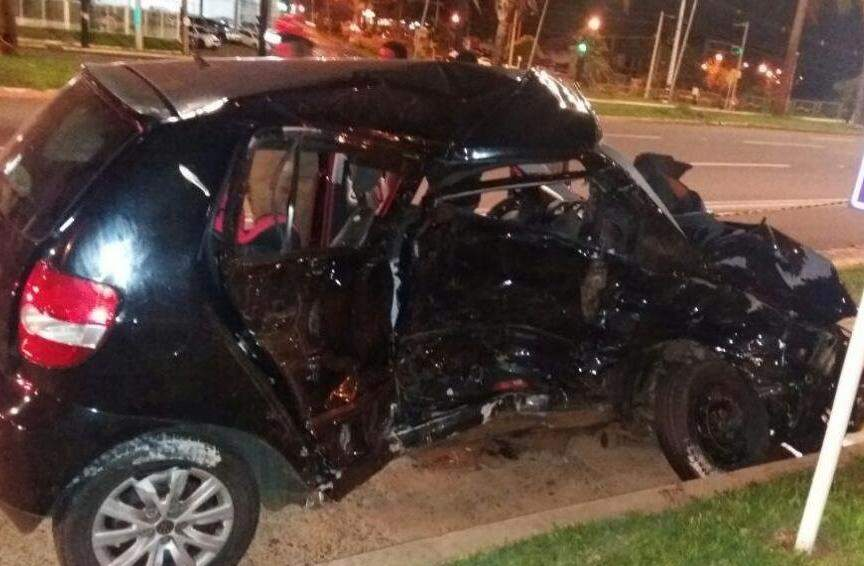 Carro que Carolina seguia com o filho no banco de trás ficou com a lateral destruída (Foto: Direto das Ruas)