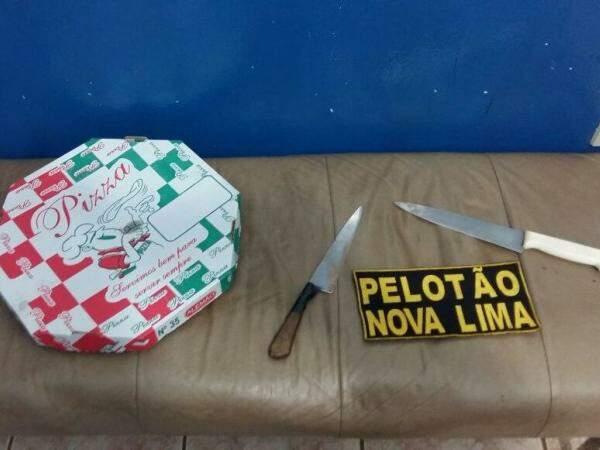 Duas facas foram usadas durante para assaltar entregador de pizza.  (Foto: divulgação/PM)