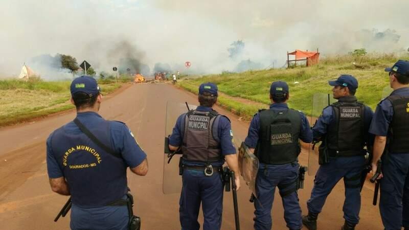 Policiais e guardas tiveram de intervir para garantir desmanche de barracos (Foto: Direto das Ruas)