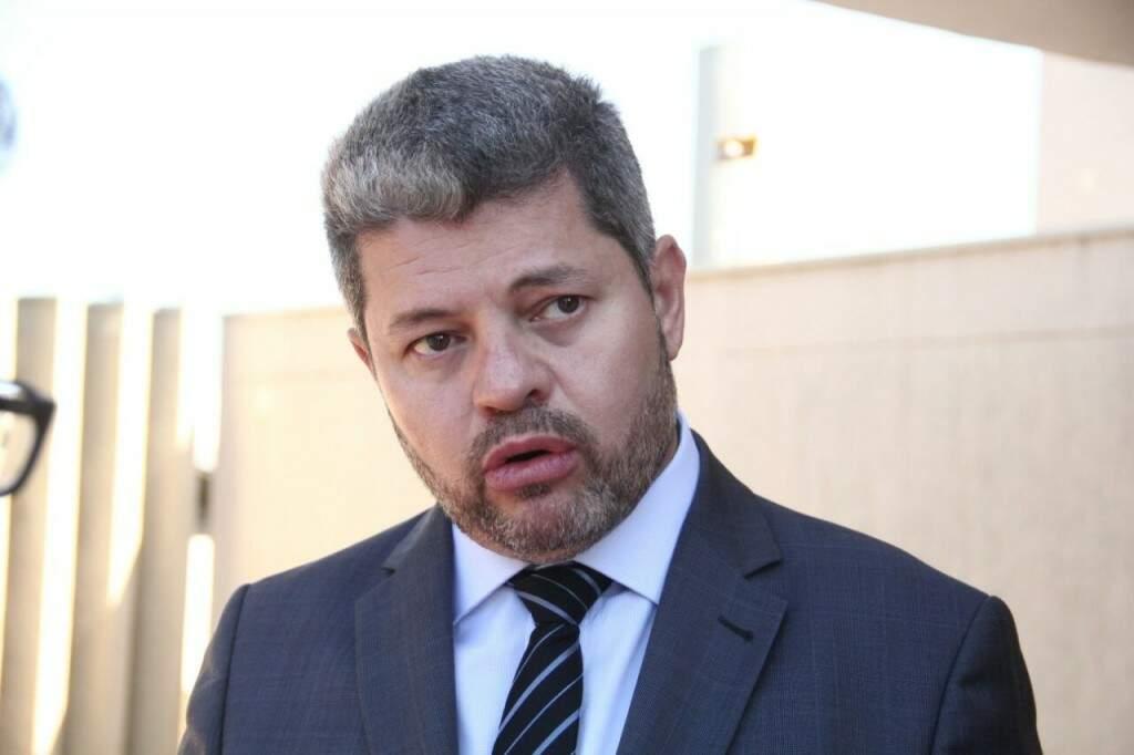 Carlos Marques, advogado de Ary Rigo, em entrevista na frente do Gaeco (Foto: Marcos Ermínio)