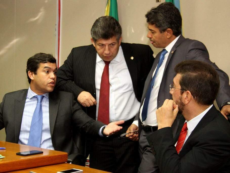 Da esquerda para a direita, os deputados Beto Pereira (PSDB), Lidio Lopes (PEN), Rinaldo Modesto (PSDB) e Pedro Kemp (PT) durante reunião extraordinária para definir a pauta de votação na manhã desta quinta-feira (14) (Foto: Wagner Guimarães/ALMS/Divulgação)
