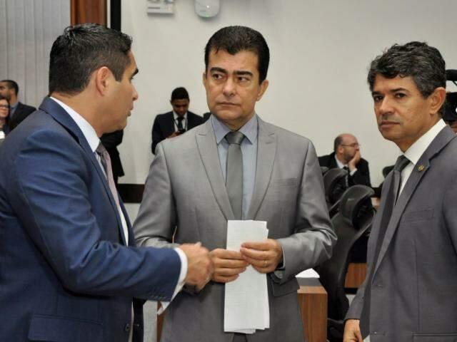 Deputados Herculano Borges (SD), Marçal Filho (PSDB), autor do projeto, e Rinaldo Modesto (PSDB), durante sessão (Foto: Luciana Nassar/ALMS)