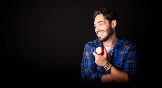 """Hoje, faz sucesso na internet e roda o Brasil com o stand up """"Vida de Professor"""". (Foto: divulgação)"""
