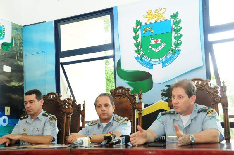 PM apresenta policiamento para folia 2013 em Mato Grosso do Sul. Comandante do Policiamento do Interior, Nelson Silva, Comandante Geral da Polícia, Carlos Alberto, e Comandante do Policiamento Metropolitano, Nelson Antônio da Silva.