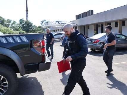 Policiais federais deixam prédio do TCE levando documentos e malote