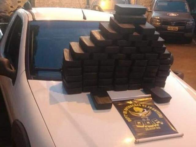 Tabletes de cocaína foram encontrados em fundo falso de picape (Foto: reprodução/Facebook)