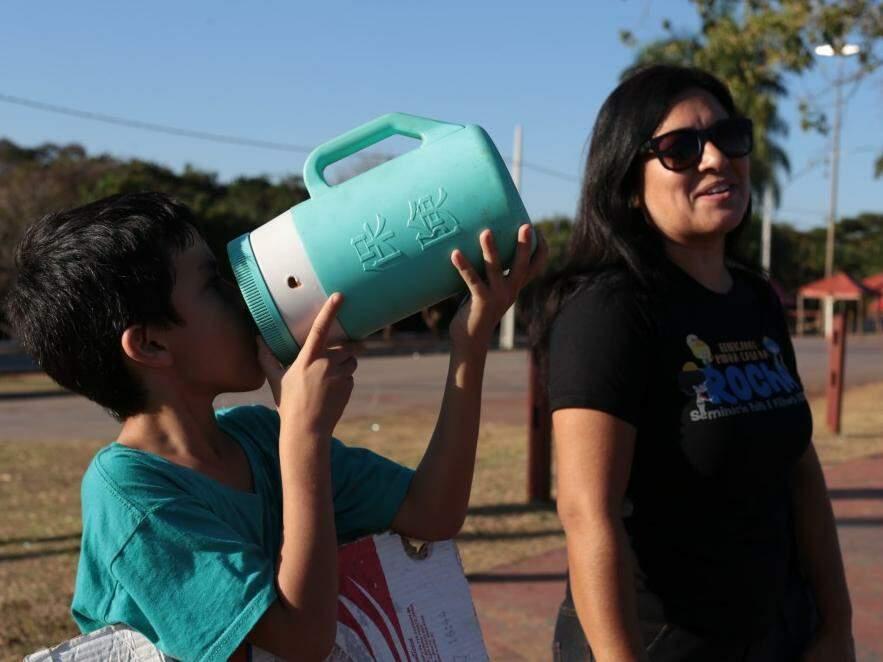 Arminda e seu filho Davi, de 7 anos, no Parque das Nações Indígenas nesta tarde (17). (Foto: Fernando Antunes)