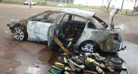 Carro lotado de maconha pega fogo e traficantes conseguem fugir