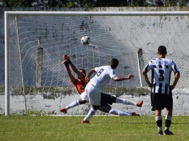 Alberto bate pênalti e faz segundo gol do Galo no jogo (Foto: Noé Faria)