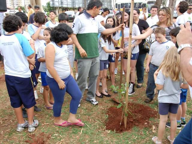 Prefeito sancionou plano diretor de arborização e plantou ipê nesta sexta-feira. (Foto: Simão Nogueira).