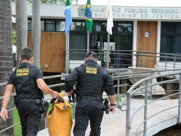 Equipe do Gaeco chega ao MPMS de Corumbá com malote contendo material apreendido (Foto: Anderson Gallo/Diário Corumbaense)