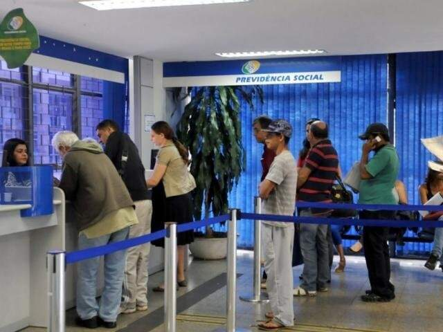 Seguranças durante atendimento em agência da previdência social. (Foto: Antonio Cruz/Agência Brasil)