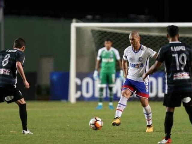 Disputa de bola entre os rivais na partida desta noite (29). (Foto: BahiaFC)