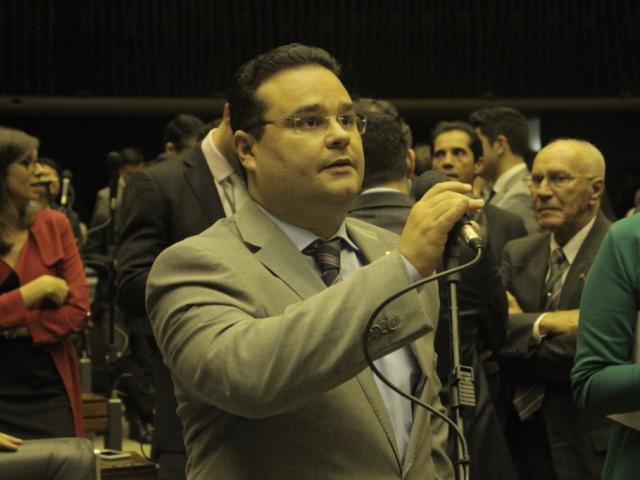 Deputado durante a fala na sessão. (Foto: Daniel Neves)