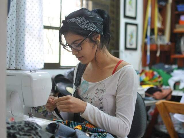 Nara Leite, de 24 anos, lançou uma edição de bolsas feitas só com tecidos de vó.