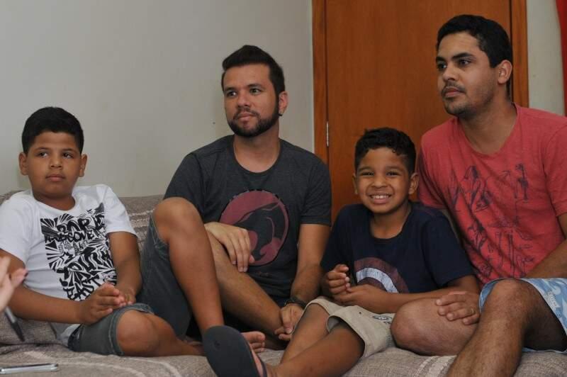 Casados há 4 anos, Elias e Lucas viram a família aumentar de surpresa. (Foto: Alcides Neto)