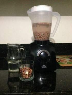Eles pegam o amendoim cru sem casca e batem no liquidificador com duas xícaras de água...