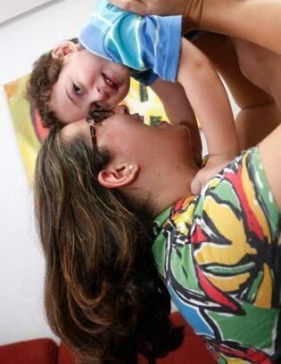 Miguel tem os olhinhos, o cabelo da mãe e a doçura de uma criança especial. (Foto: Gerson Walber)