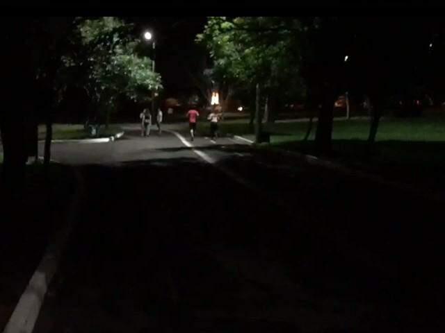 Usuários caminhando em meio a escuridão de um dos trechos da pista de caminhada do Parque. (Foto: Direto das Ruas)