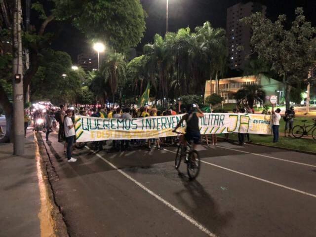 Manifestantes com faixa, bandeiras e apitos durante protesto na Afonso Pena (Foto: Direto das Ruas)