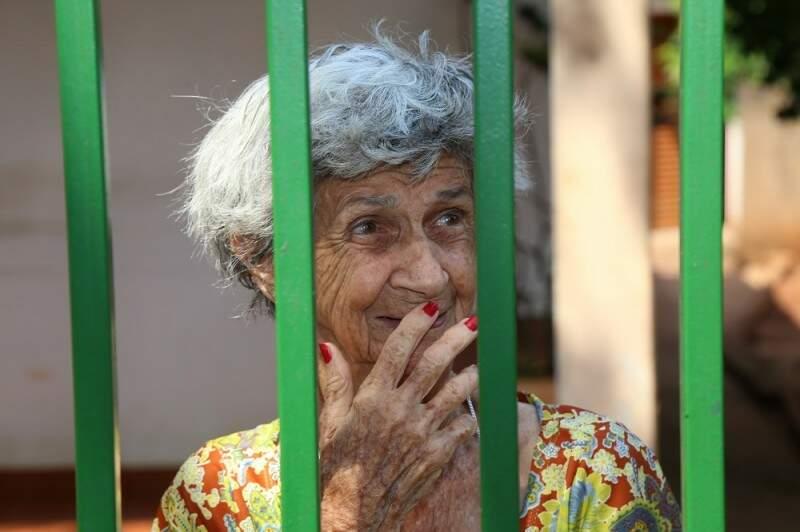 Dona Irene é a guardiã da árvore, desde quando a mãe a plantou, em 1964.(Foto: Fernando Antunes)