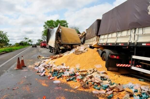 Carga de um dos veículos ficou na pista. (Foto: Márcio Rogério/Nova News)