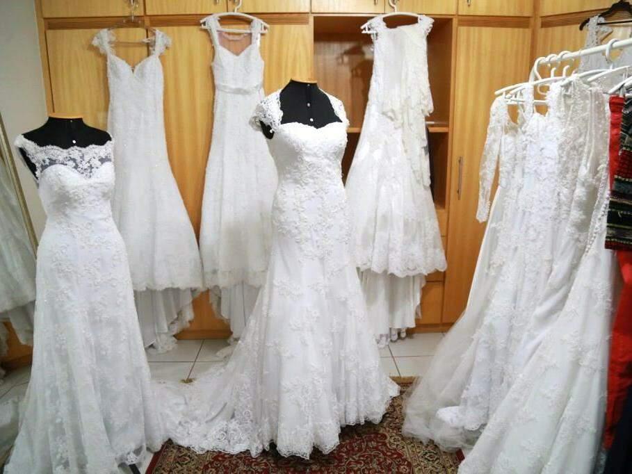 São mais de 50 vestidos no bazar.