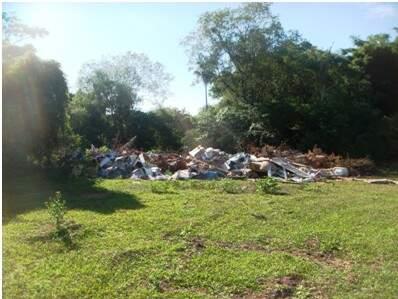 Em área de chácara, proprietária mantinha um lixão com grande quantidade de resíduos (Foto: Divulgação)