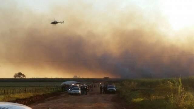Helicóptero do Bope fez a visualização aéra da região. Lavouras de cana-de-açúcar foram queimadas. (Foto: Sidney Bronka)
