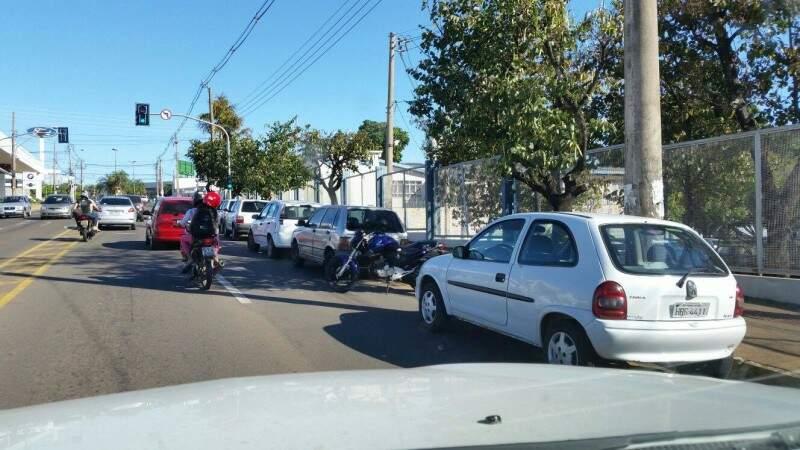 Os carros estacionados de forma incorreta estão atrapalhando o trânsito no local. (Foto: Repórter News)