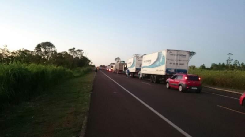 Em Nova Alvorada do Sul, o bloqueio na BR-163 já causa congestionamento. (Foto: Willian Ballok)