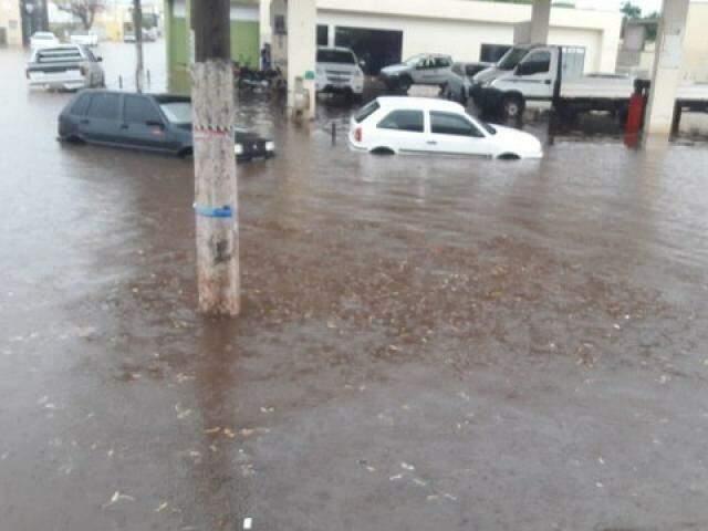 Carro parcialmente submerso pela água da chuva na tarde desta terça-feira (Foto: Perfil News)