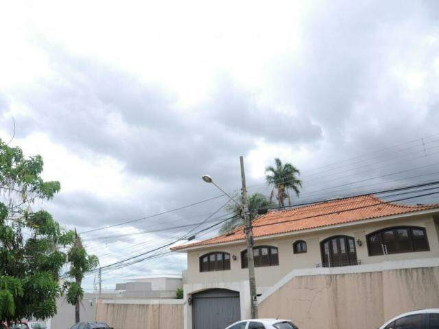 Céu escuro nesta tarde na Capital anuncia chuva prevista (Foto: Paulo Francis)