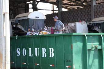 Rejeito e materiais contaminados são acondicionados em caçambas e lavados ao aterro sanitário. (Foto: Kísie Ainoã)