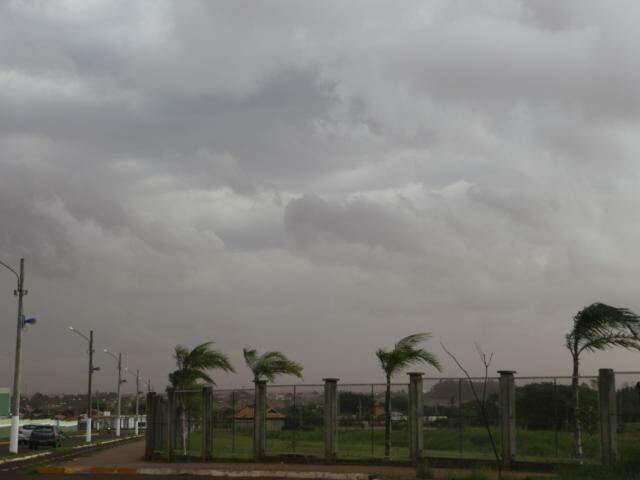 Nuvem de poeira cobriu alguns bairros das regiões sul e leste de Dourados (Foto: Helio de Freitas)