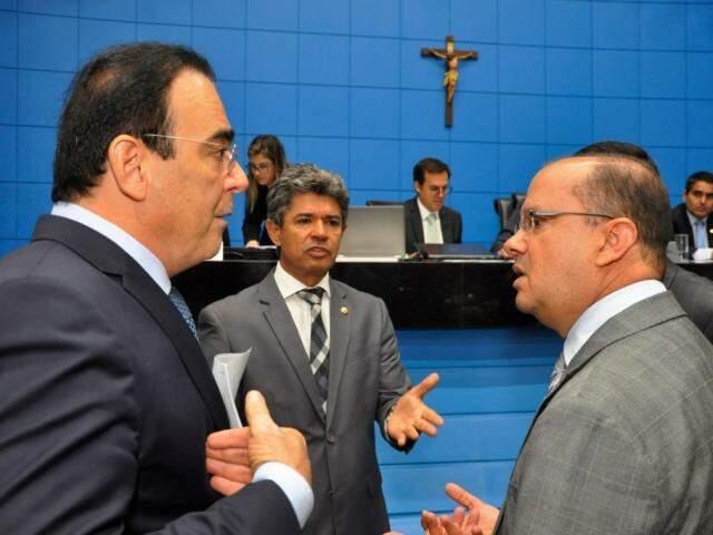 Deputados Felipe Orro (PSDB), Rinaldo Modesto (PSDB) e José Carlos Barbosa (DEM), durante sessão (Foto: Luciana Nassar/ALMS)