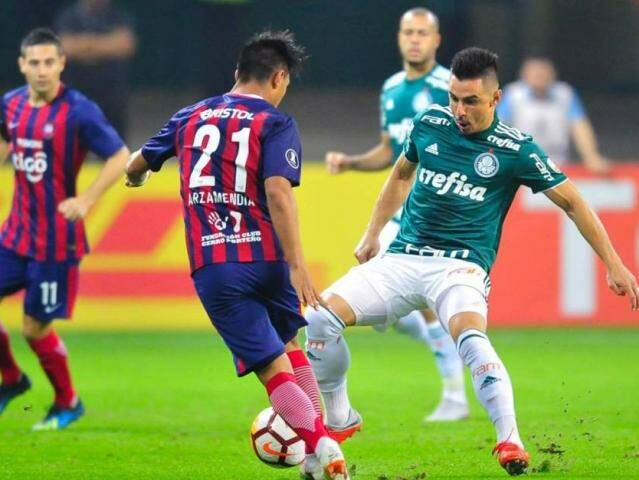 Disputa de bola na partida desta noite. (Foto: Djalma Vassão/Gazeta Press)