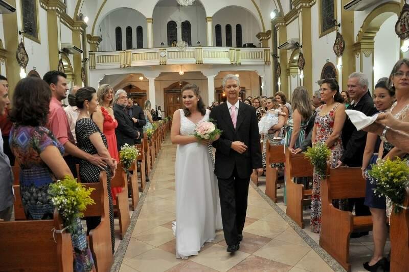 Janaína puxou a fila das noivas e entrou com o pai. (Foto: Antonio Ferreira)