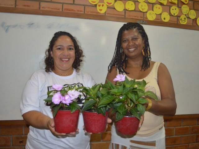 A direita, Vania Baptista segurando a flor que ganhou junto com a colega do curso (Foto: Alana Portela)