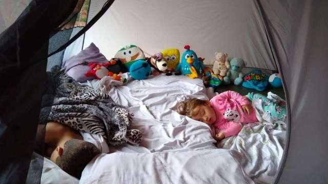 Na noite dos avós, varanda de casa vira acampamento para diversão com os netos