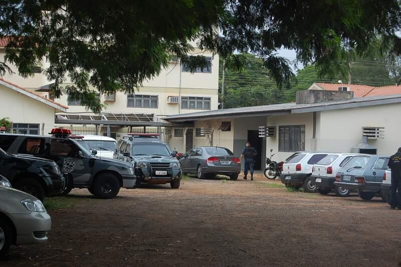 Presos e documentos são levados para a sede do Gaeco. Foto: Simão Nogueira