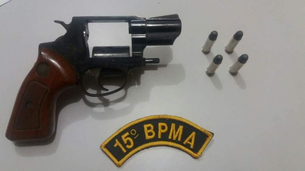 Idoso foi preso com um revolver e munições, ambos sem documentação (Foto: Divulgação/ PMA)
