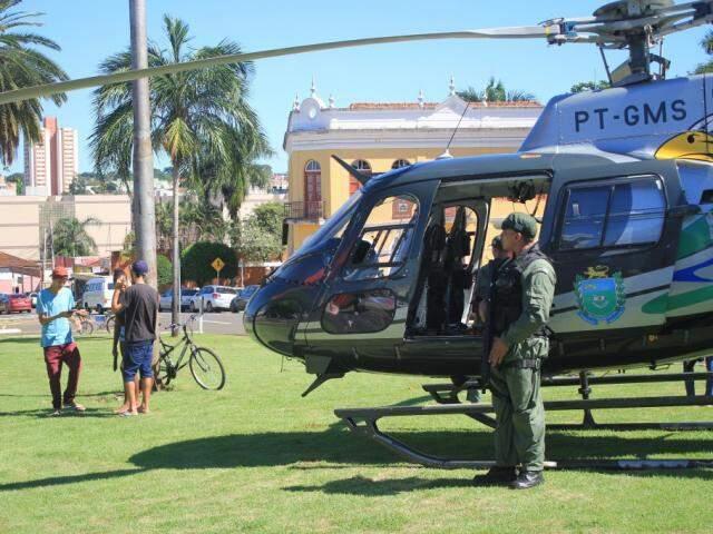 Helicóptero virou atração ao pousar no canteiro central da Avenida Afonso Pena (Foto: Marina Pacheco)