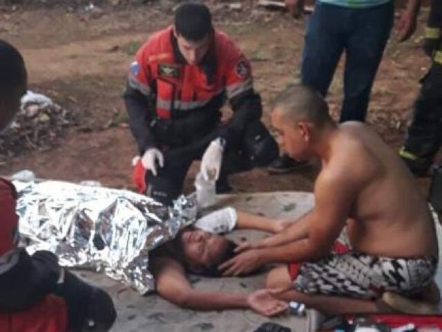 Equipe prestando o primeiro atendimento à vítima. (Foto: Liniker Ribeiro)