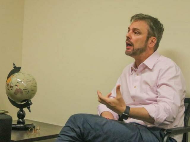 O globo em cima da mesa, parte do espaço da sala onde hoje trabalha o juiz José Henrique Kaster Franco (Foto: Marcos Maluf)