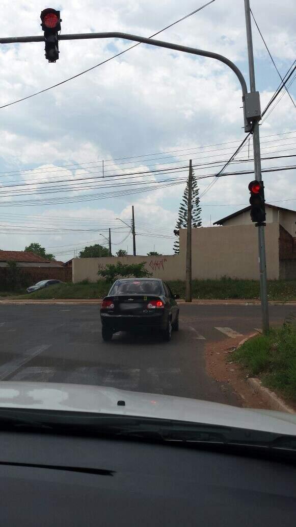 Segundo denunciante, o motorista só não seguiu após notar que estava sendo fotografado.(Foto:Colaboração)