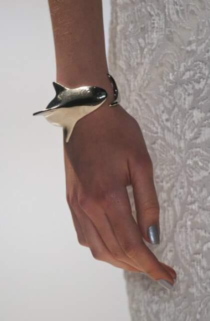 Iódice traz bracele menor, mas com tubarão.