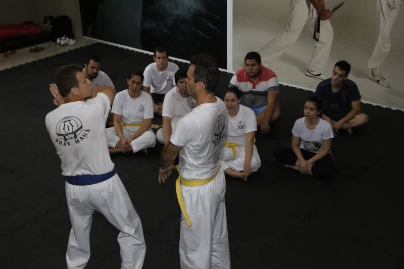 Depois de ensinada a teoria de cada técnica, instrutor demonstra para os alunos. (Foto: Gerson Walber)
