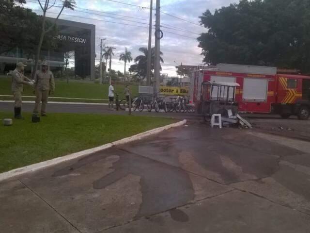 Agentes após rescaldo do carrinho de pipocas que ficou completamente destruído. (Foto: Direto das Ruas)